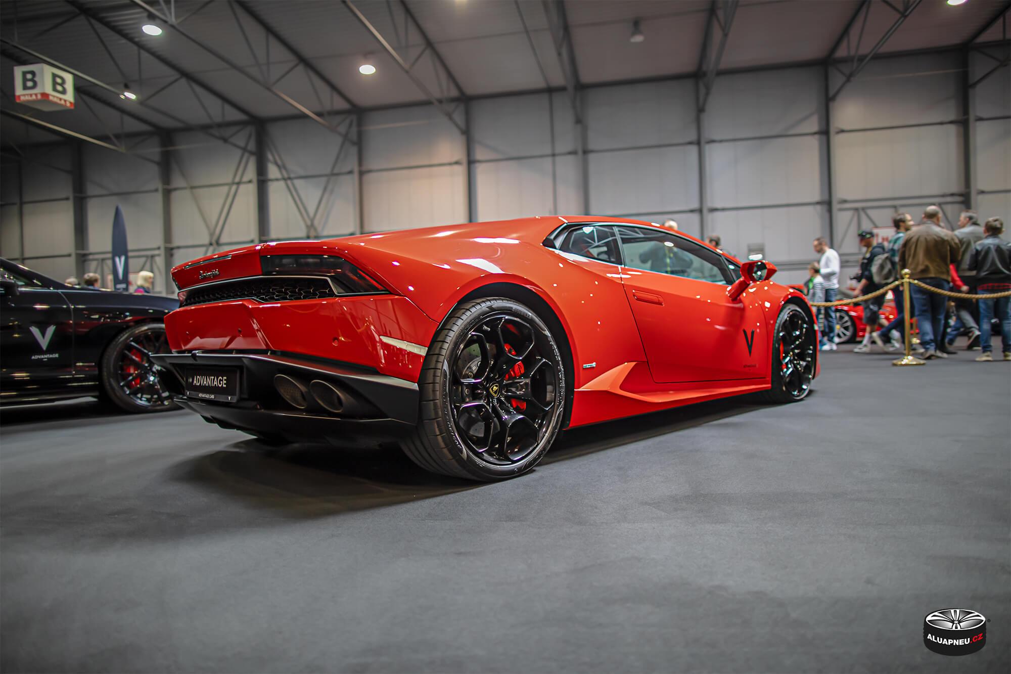 Černá alu kola Lamborghini - Autosalon Praha 2019 - www.aluapneu.cz