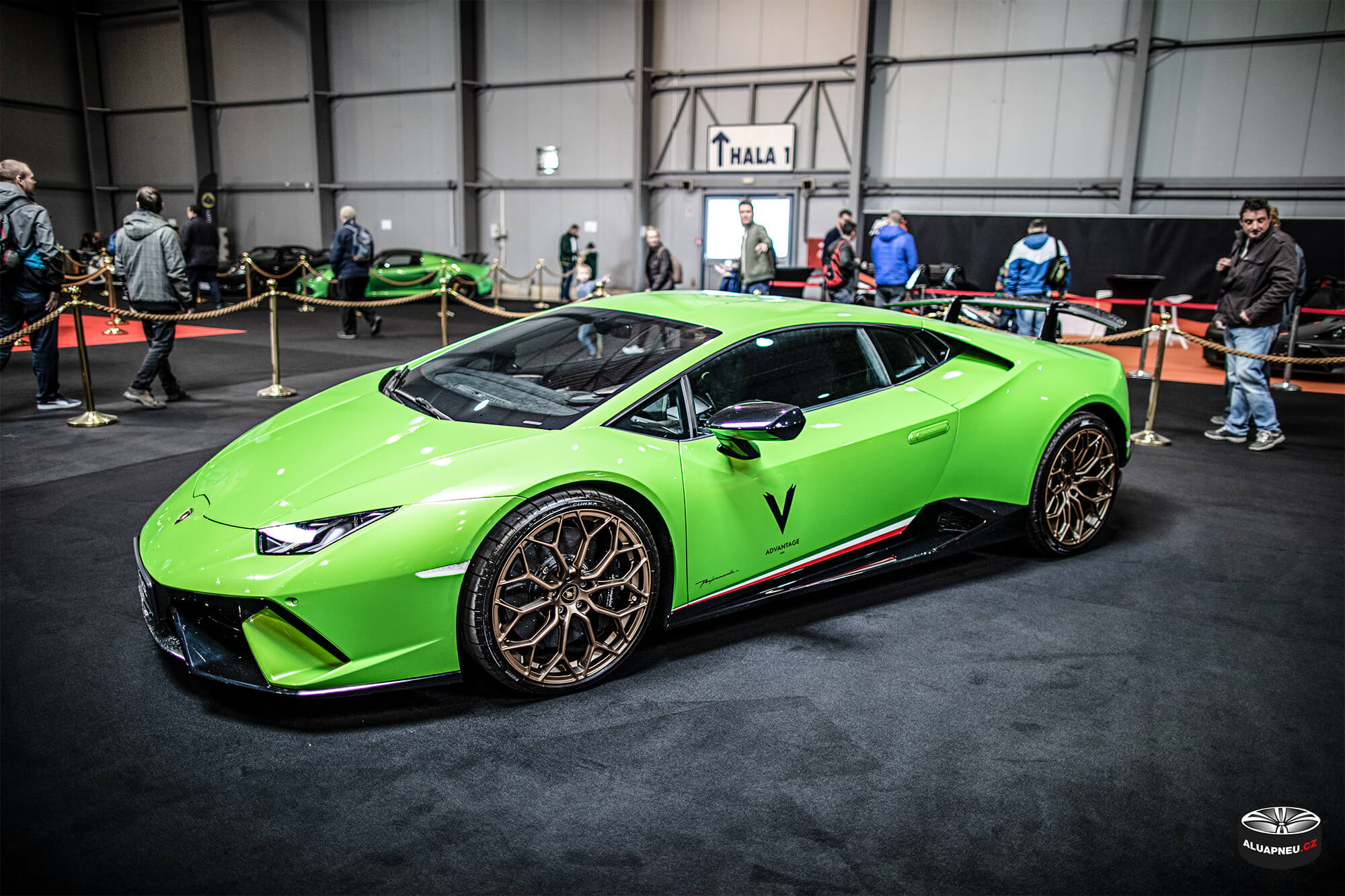 Zelené Lamborghini Aventador - bronzová alu kola - Autosalon Praha 2019 - www.aluapneu.cz