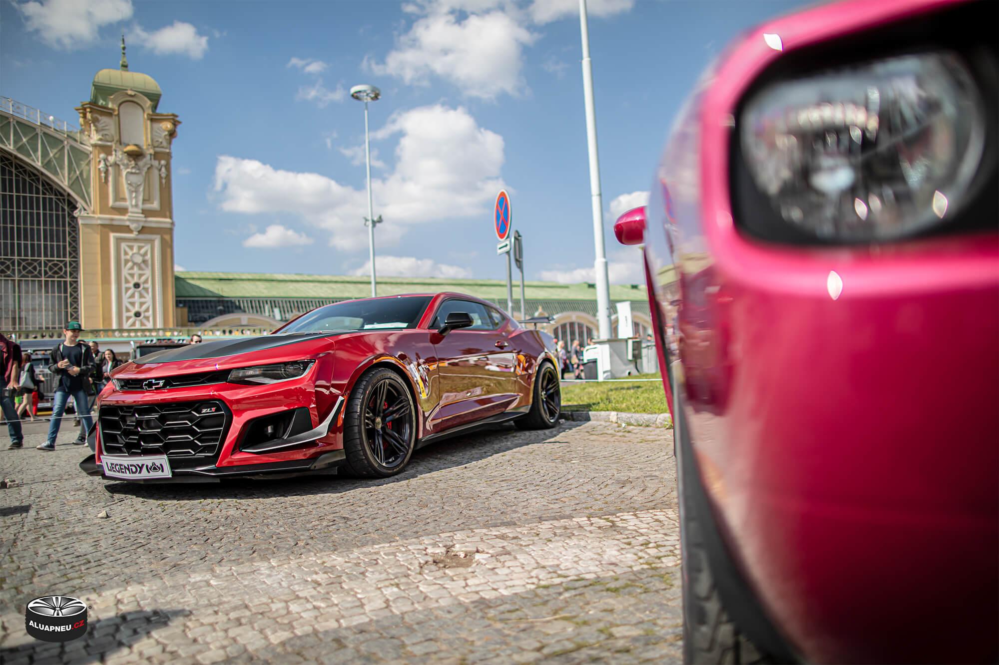 Černá alu kola Chevrolet Camaro - originální elektrony Chevrolet  - Automobilové Legendy 2019 - www.aluapneu.cz