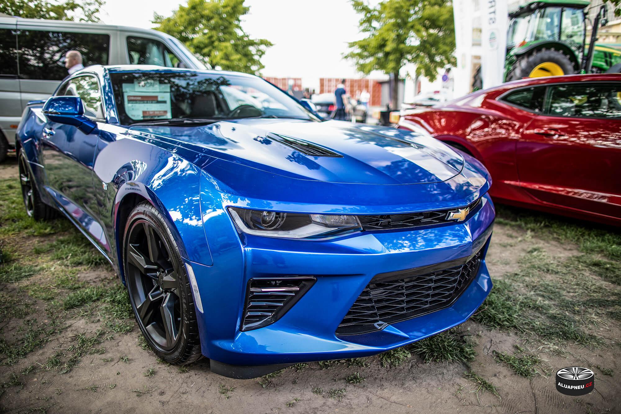 Černá litá kola Chevrolet Camaro - originální elektrony - Automobilové Legendy 2019 - www.aluapneu.cz