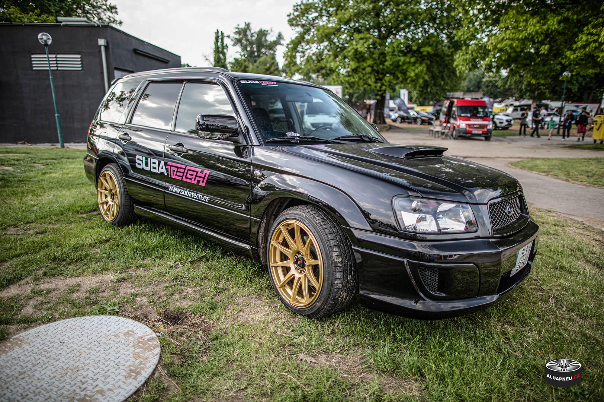 Zlatá alu kola Subaru Forester - elektrony Japan Racing - Automobilové Legendy 2019 - www.aluapneu.cz