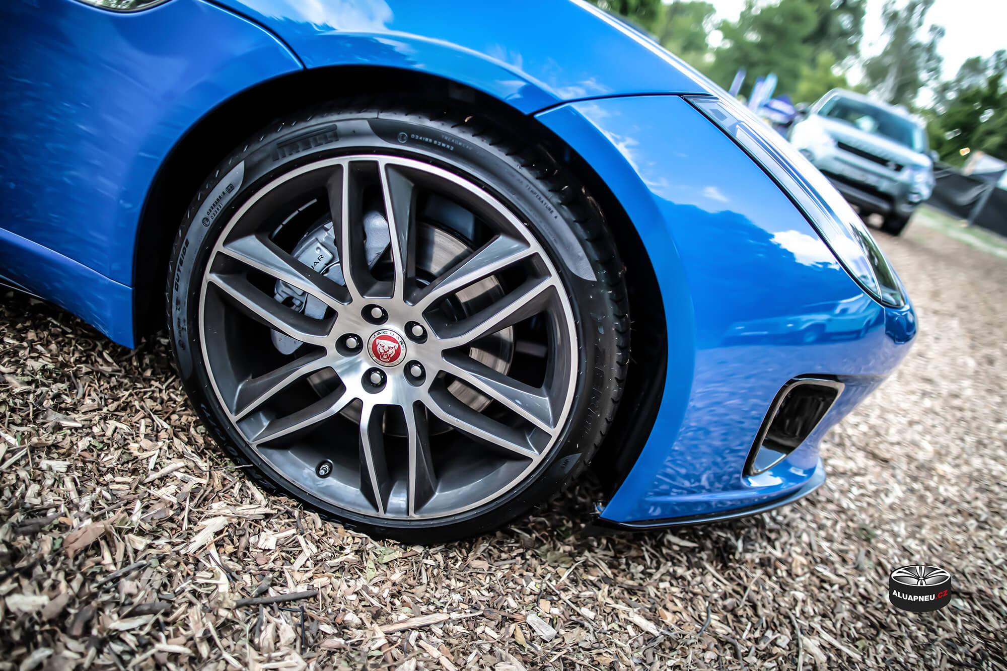 Jaguar F-Type - černá alu kola s leštěným čelem - originální elektrony Jaguar - Automobilové Legendy 2019 - www.aluapneu.cz