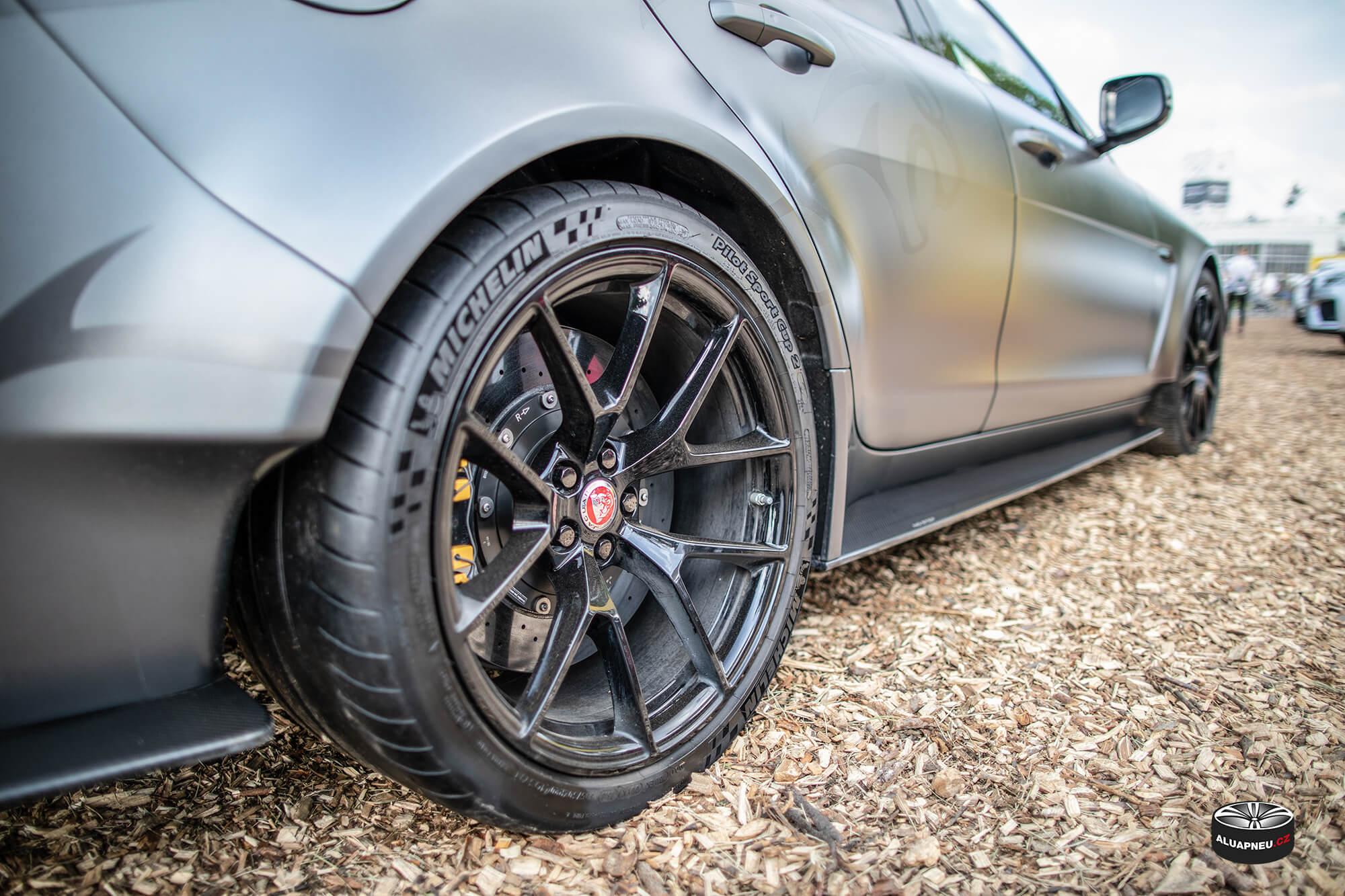 Černá alu kola Jaguar sport - pneu Michelin - Automobilové Legendy 2019 - www.aluapneu.cz