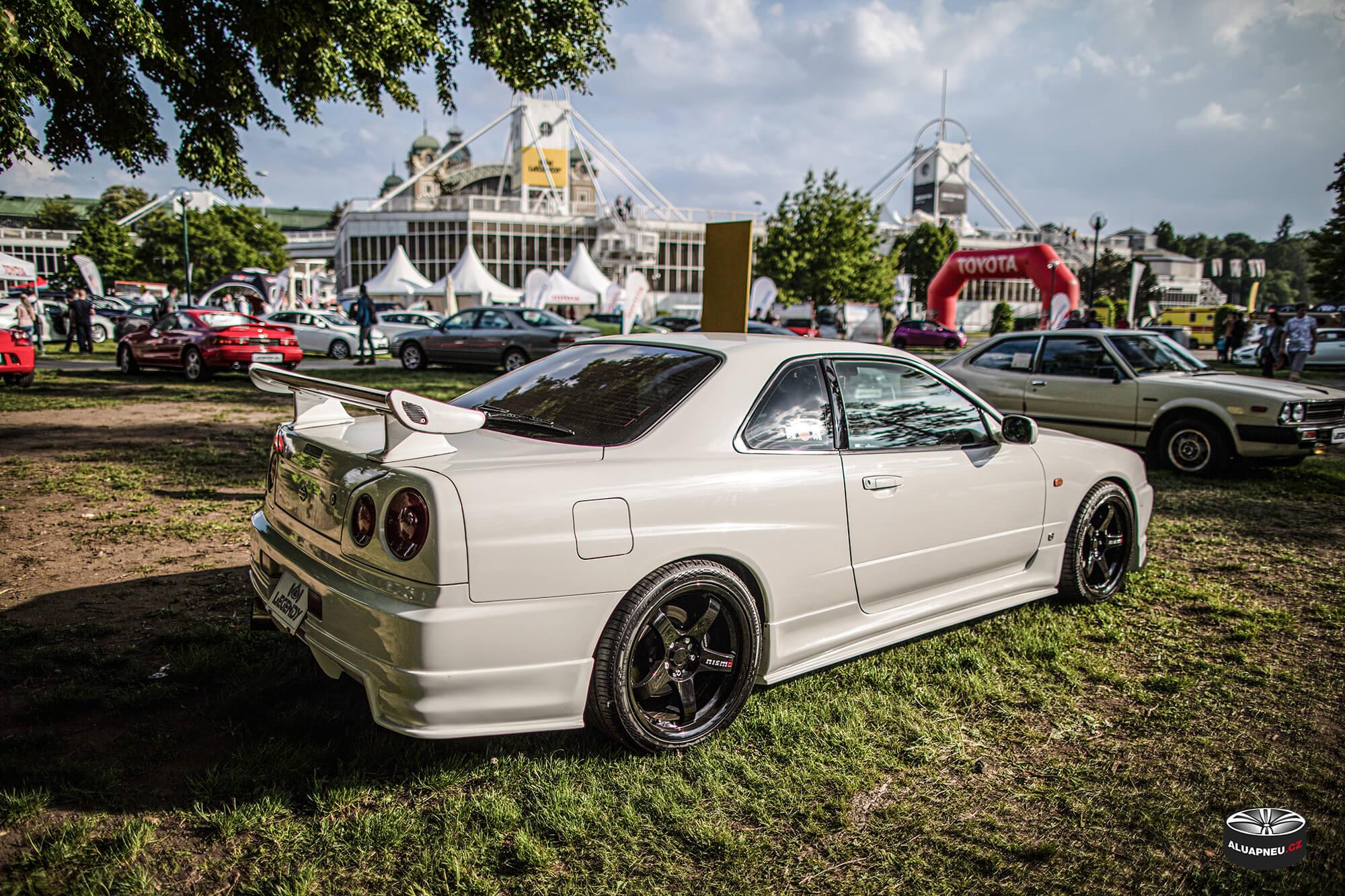 Černá alu kola Nissan Skyline R34 - Automobilové Legendy 2019 - www.aluapneu.cz